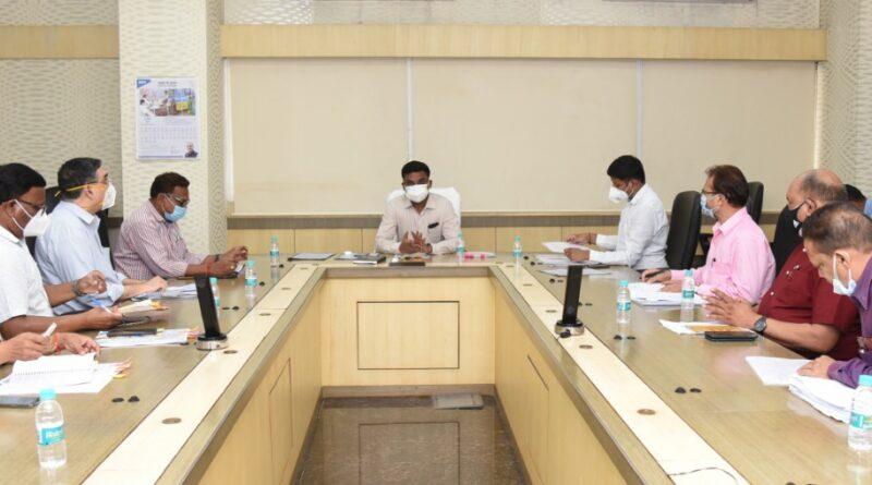 एस.भारतीदासन ने आज यहाँ मंत्रालय महानदी भवन में अपने अधीनस्थ विभागों के अधिकारियों एवँ कर्मचारियों की बैठक ली